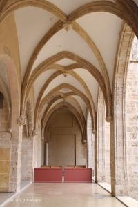 Entrada al claustro gótico del Convento a través de la iglesia. Hoy cerrado.