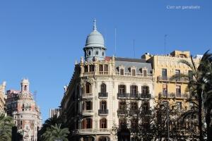 Edificio Ernesto Ferrer, al fondo el Edificio del Banco de Valencia